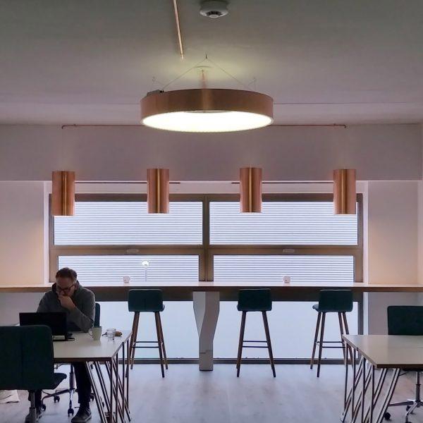 FLEXTAFELS EN KOPEREN LAMPEN